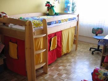Je-li pokojíček menší, volte patrovou postel nebo zvýšené ...
