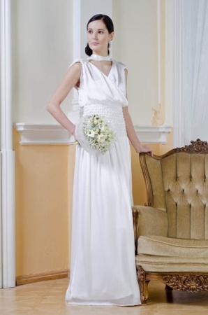 Elegantní šaty s překládanou vodou a spodničkou. Velmi ...